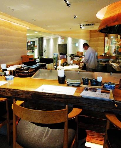 札幌必吃海鮮壽司店炙屋大通BISSE店的吧檯座位