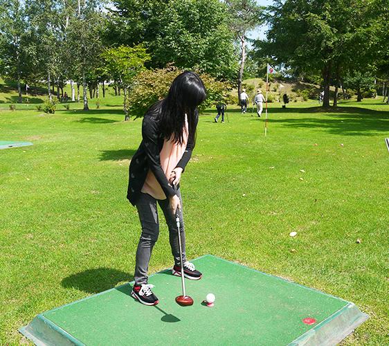 杜鵑花球道打高爾夫球中
