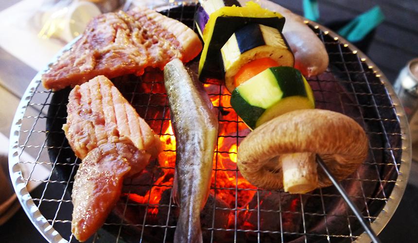 中札內農村休暇村野外露營烤肉中!