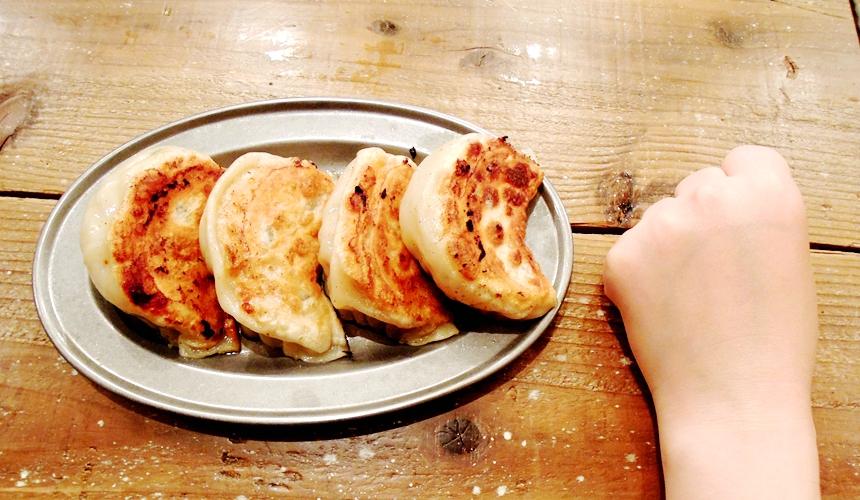 札幌SAPPORO餃子製造所薄野店的大粒煎餃(大粒餃子) 跟拳頭差不多大