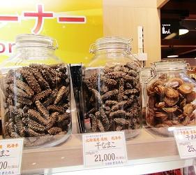 北海道新千歲機場土產店「北連」的海參和鮑魚