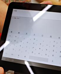 「SUNDRUG 狸小路2丁目店」店裡提供iPad供客人與日籍店員溝通