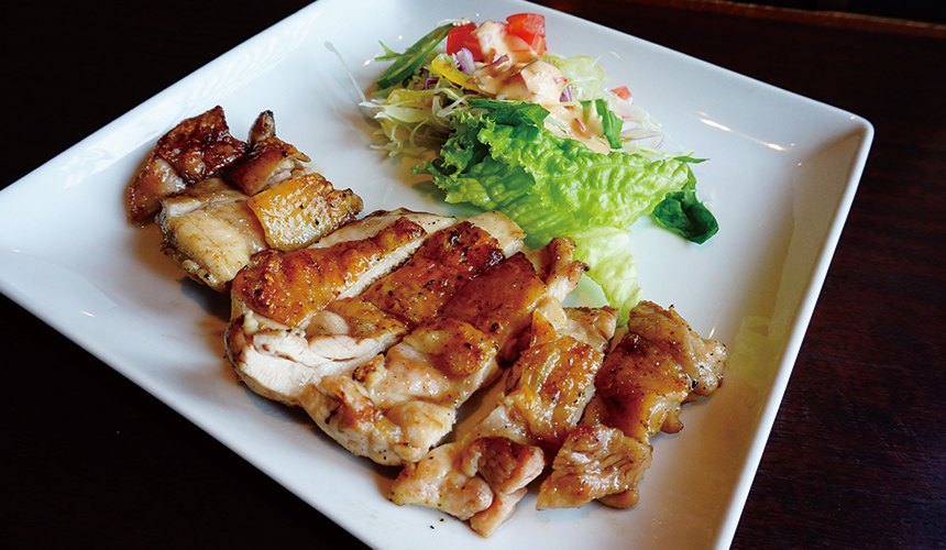 函館必吃炭火燒烤名店「きくよ食堂 Bay Area店」的知床雞腿鹽燒烤(知床鶏もも塩焼き)