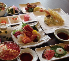 函馆必吃炭火烧烤名店「きくよ食堂 Bay Area店」的各式料理