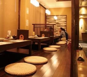 函馆必吃炭火烧烤名店「きくよ食堂 Bay Area店」店内座位