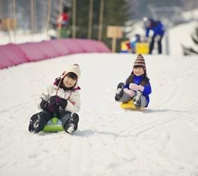 北海道最大四季度假勝地「留壽都度假區」冬季小孩子玩雪照片