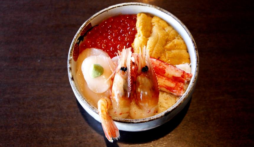函馆必吃炭火烧烤名店「きくよ食堂 Bay Area店」的海鲜丼・五种お好み丼