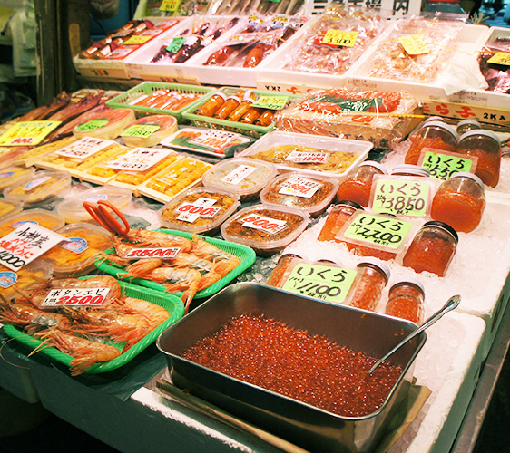 武田鲜鱼店内有新鲜的水产