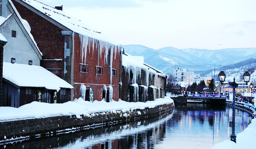搭乘「北海道Resort Liner」的觀光巴士到冬天浪漫的小樽