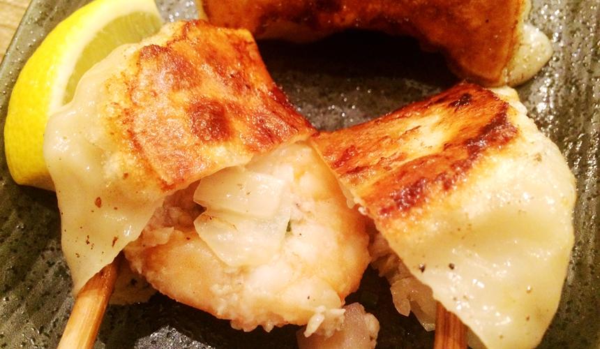 札幌SAPPORO餃子製造所薄野店的蝦子煎餃(海老餃子)內餡有一整隻蝦子
