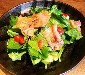 札幌自由行居酒屋推薦:北海道地雞料理,還有多款蔬菜隨你選!札幌居酒屋「雞次郎」的培根菠菜沙拉