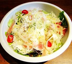 札幌自由行居酒屋推薦:北海道地雞料理,還有多款蔬菜隨你選!札幌居酒屋「雞次郎」的溫泉蛋生火腿凱撒沙拉