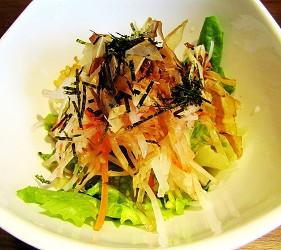 札幌自由行居酒屋推薦:北海道地雞料理,還有多款蔬菜隨你選!札幌居酒屋「雞次郎」的柴魚片海苔蘿蔔沙拉