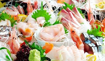 肥美牡蠣100日圓起,還有無敵夜景!札幌原始燒烤酒場「Lungo Carnival Central S4店」的生魚片拼盤(刺身盛合せ)