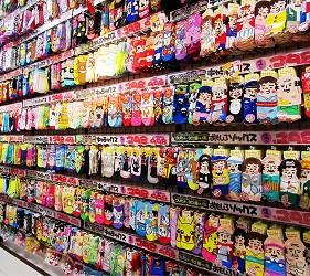 北海道必逛人氣藥妝、最潮家電推薦:「唐吉訶德狸小路店」的襪子牆