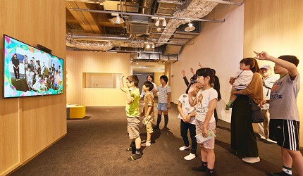 函馆亲子游推荐景点:「函馆未来馆」的设施「互动镜面」(インタラクティブミラー),小朋友学习玩乐中