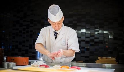 北海道函館湯之川王子飯店「渚亭」的自助餐廳「渚」師傅手握壽司