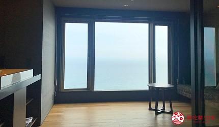 北海道函館湯之川王子飯店「渚亭」的洋式房間落地窗一覽津輕海峽