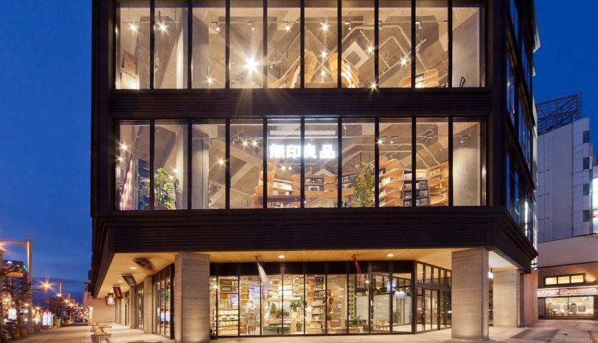 北海道函館五稜郭美食、購物推薦「SHARE STAR HAKODATE」的夜晚外觀照片