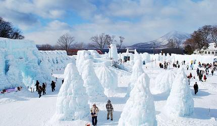 搭乘「北海道Resort Liner」的觀光巴士到北海道支笏湖參觀早上冰雕