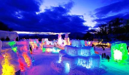 搭乘「北海道Resort Liner」的觀光巴士到北海道支笏湖參觀浪漫的夜晚冰雕