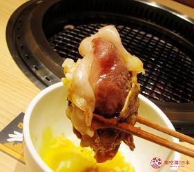 北海道A5和牛札幌燒肉專門店推薦「BULL TOKYO」的壽喜燒沙朗牛排(すきやきサーロイン)的烤好後裹蛋汁一起享用