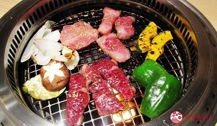 北海道A5和牛札幌燒肉專門店推薦「BULL TOKYO」的本日和牛3款拼盤(本日のお肉の3種盛り)燒烤中照片
