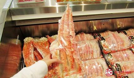 北海道海產伴手禮推薦新千歲機場「北海道漁連」販售的蟹腳