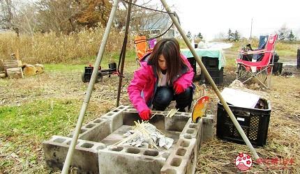 北海道劈柴烤野菜體驗!石狩當別「Harukichi Farm」農場生火放入報紙與免洗筷