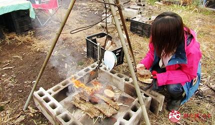 北海道劈柴烤野菜體驗!石狩當別「Harukichi Farm」農場生火放入乾木頭