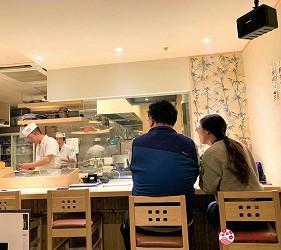 札幌狸小路吃和牛海鮮店「北海道朝市」的吧台座位