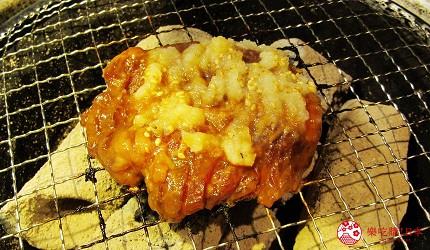 提供包括独家创作料理、和牛及牛肉稀有部分的「牛角」在北海道分店「牛角札幌站前店」提供的蒜香豆酱顶级横膈膜在烤炉上加热