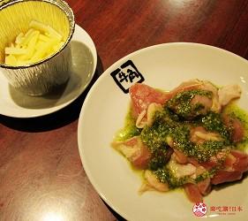 提供包括獨家創作料理、和牛及牛肉稀有部分的「牛角」在北海道分店「牛角札幌站前店」提供的奶酪火鍋配雞肉羅勒