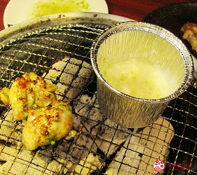 提供包括獨家創作料理、和牛及牛肉稀有部分的「牛角」在北海道分店「牛角札幌站前店」提供的奶酪火鍋配雞肉羅勒的雞肉與奶酪杯同時受熱