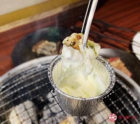 提供包括獨家創作料理、和牛及牛肉稀有部分的「牛角」在北海道分店「牛角札幌站前店」提供的奶酪火鍋配雞肉羅勒在烤熟後把雞肉蘸上完全融掉的奶酪