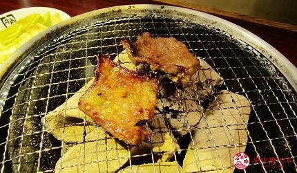 提供包括独家创作料理、和牛及牛肉稀有部分的「牛角」在北海道分店「牛角札幌站前店」提供的牛角上等五花肉在烤炉上加热