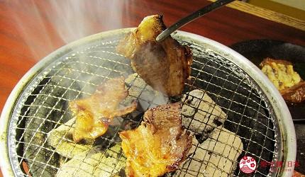 提供包括独家创作料理、和牛及牛肉稀有部分的「牛角」在北海道分店「牛角札幌站前店」提供的上等黑毛和牛里嵴肉在烤炉上加热