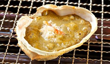 去北海道札幌必去,位於二条市场能一次过食到新鲜肥美海鲜丼、即烧即食生猛海鲜的海鲜专门店海鲜烧小屋「大矶」内提供的味噌烧蟹盖