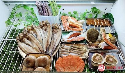 去北海道札幌必去,位於二条市场能一次过食到新鲜肥美海鲜丼、即烧即食生猛海鲜的海鲜专门店海鲜烧小屋「大矶」内的食材新鲜生猛,像是扇贝、大虾、都大颗又生猛,能一次过吃到的是日烧烤套餐仅需1,500日元