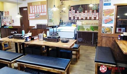 去北海道札幌必去,位于二条市场能一次过食到新鲜肥美海鲜丼、即烧即食生勐海鲜的海鲜专门店海鲜烧小屋「大矶」的店内环境宽阔,装潢雅致舒适