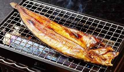 去北海道札幌必去,位於二条市场能一次过食到新鲜肥美海鲜丼、即烧即食生猛海鲜的海鲜专门店海鲜烧小屋「大矶」内的食材新鲜生猛,像是扇贝、大虾、都大颗又生猛,只放一条本远东多线鱼都快要把炉占满了
