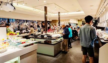 能夠讓你一次吃遍螃蟹、壽司、牛排等100種以上北海道美食的高質量吃到飽自助餐餐廳Premium Live Kitchen 「The Sakura Buffet」內的自助餐取餐區