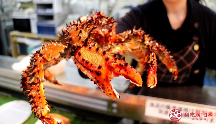 钏路和商市场的蒸螃蟹