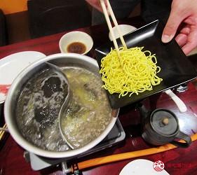 函馆必吃涮涮锅推荐「北海道涮涮锅 Pokke」的涮羊肉吃到饱喝到饱90分钟套餐加入面条中