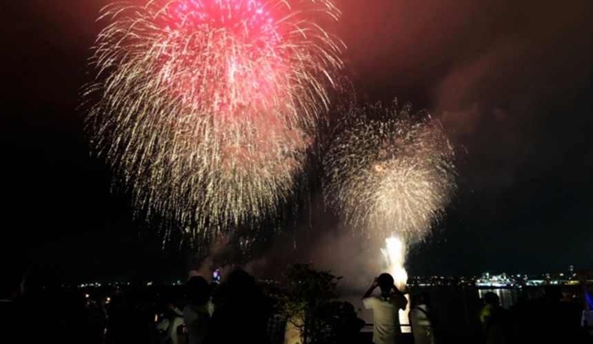 函館住宿推薦青年旅館「HakoBA 函館」的可看到浪漫煙火