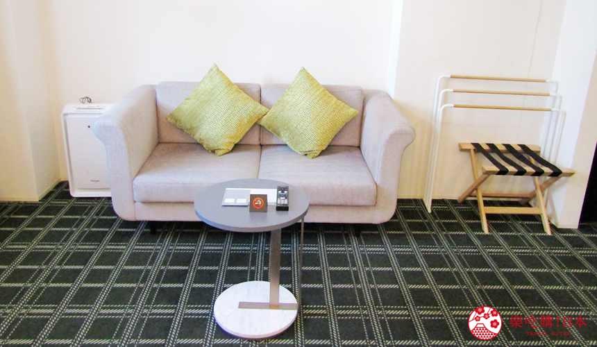 函館住宿推薦青年旅館「HakoBA 函館」的人氣雙床房的雙人沙發