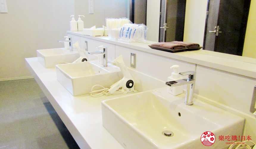 函館住宿推薦青年旅館「HakoBA 函館」的「BUNK BED 4」共用衛浴洗手台