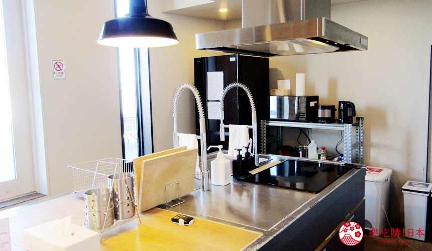 函館住宿推薦青年旅館「HakoBA 函館」的「BUNK BED 4」的共用廚房