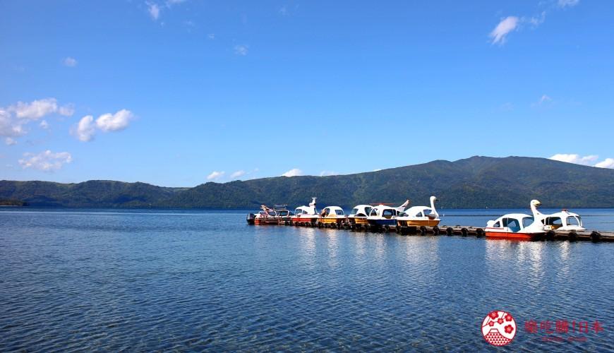 日本北海道自由行推介道東釧路的道東三湖中的屈斜路湖上有天鵝船