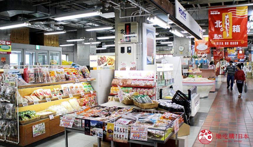 日本北海道自由行推介道東釧路的釧路漁人碼頭MOO內的攤位